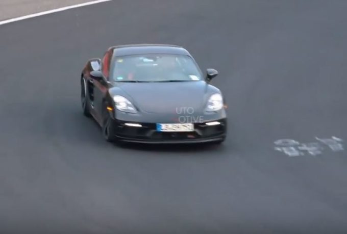 Porsche 718 Cayman T: la sportiva per la pista filmata al Nurbugring [VIDEO SPIA]