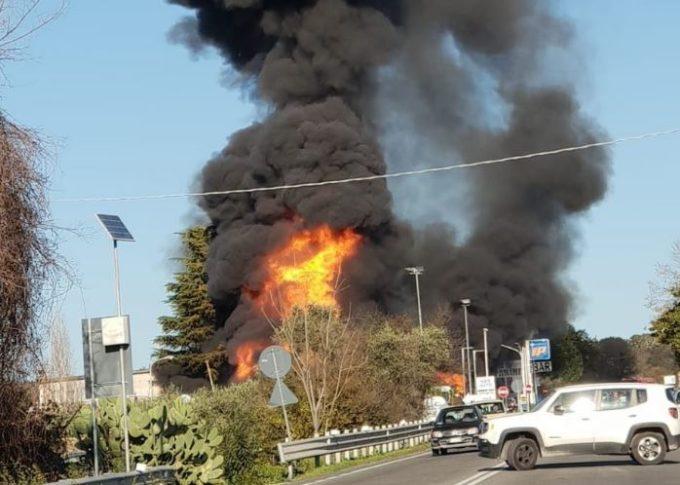 Rieti, autocisterna a fuoco sulla Salaria, si aggrava il bilancio: due morti e 17 feriti