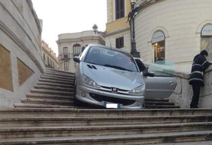 Si getta con l`automobile dalla scala di Trinità dei Monti a Roma: denunciato 27enne