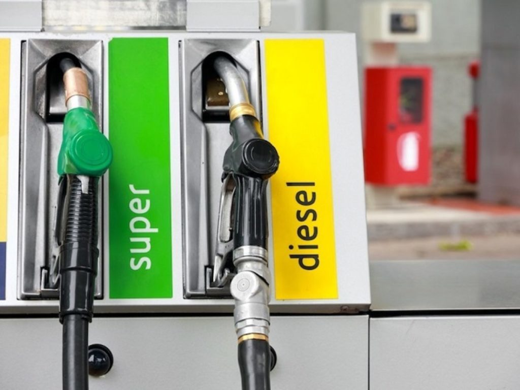 Benzina gratis per errore, denunciate quaranta persone nel catanese