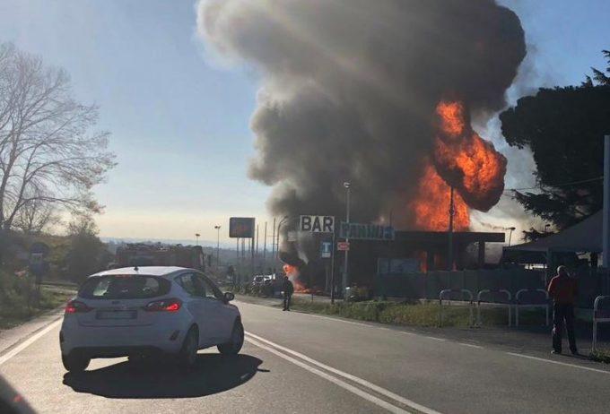 Rieti, autocisterna esplode in una stazione di servizio sulla Salaria: 15 feriti, tra cui alcuni vigili del fuoco