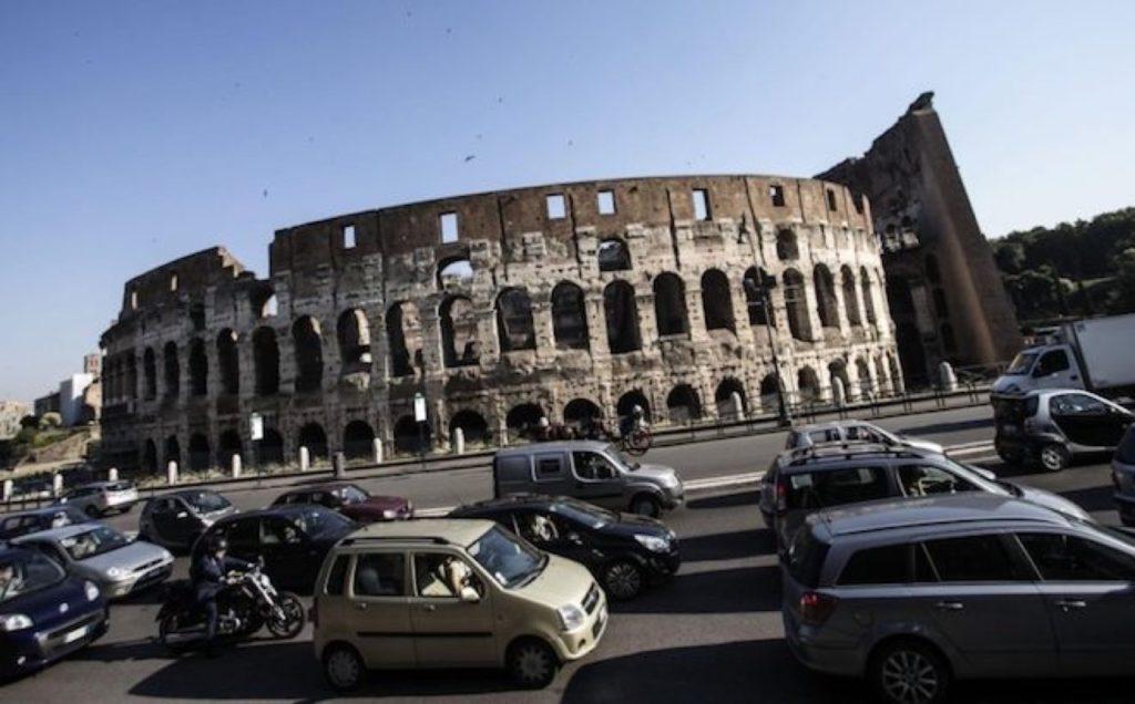 Roma, protesta dei bus turistici: disagi a piazza Venezia e in centro