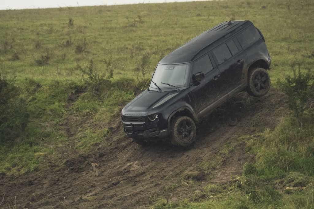 """Nuova Land Rover Defender ci porta sul set del nuovo film di James Bond """"No Time To Die"""" [VIDEO]"""
