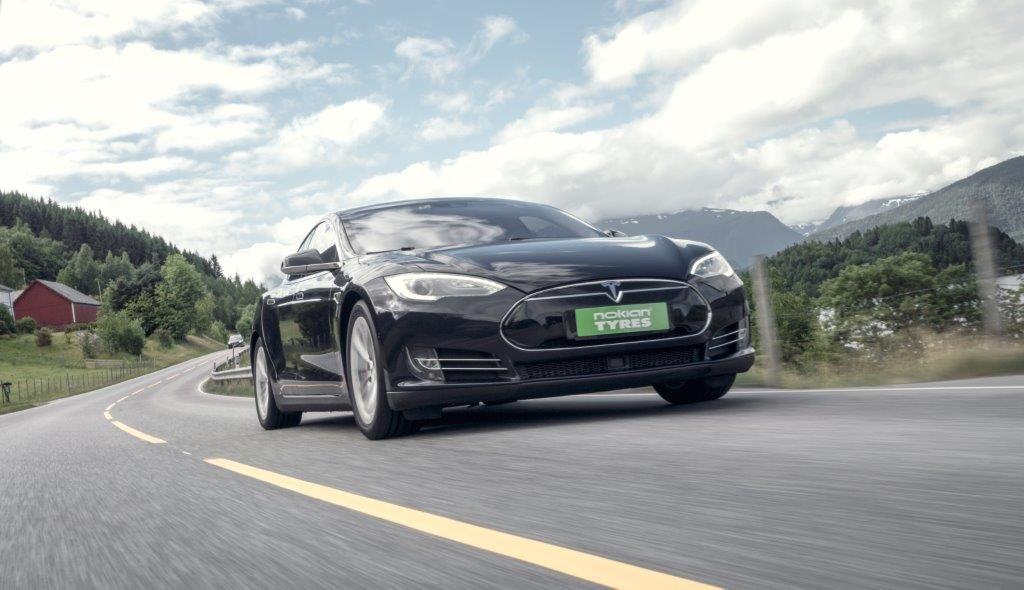 Auto elettriche: gli pneumatici si usurano meno delle vetture termiche