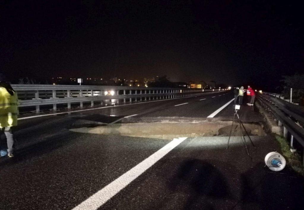 Maltempo, si apre voragine sull'autostrada A21 Torino-Piacenza: un'auto la evita per un soffio