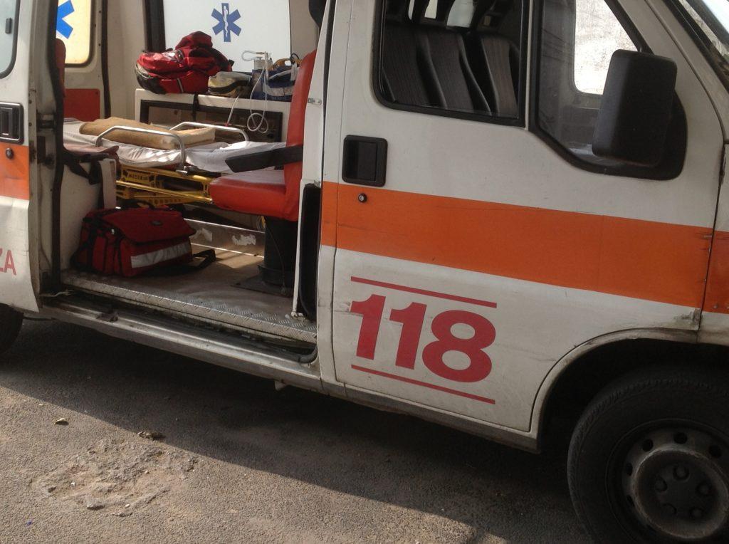 Lecce, auto si schianta contro un camion e travolge gruppo di operai: quattro morti e un ferito gravissimo