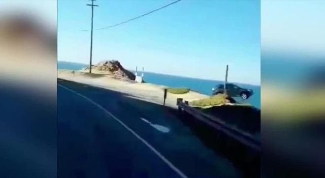 California, un'auto vola giù dalla scogliera a tutta velocità [VIDEO]