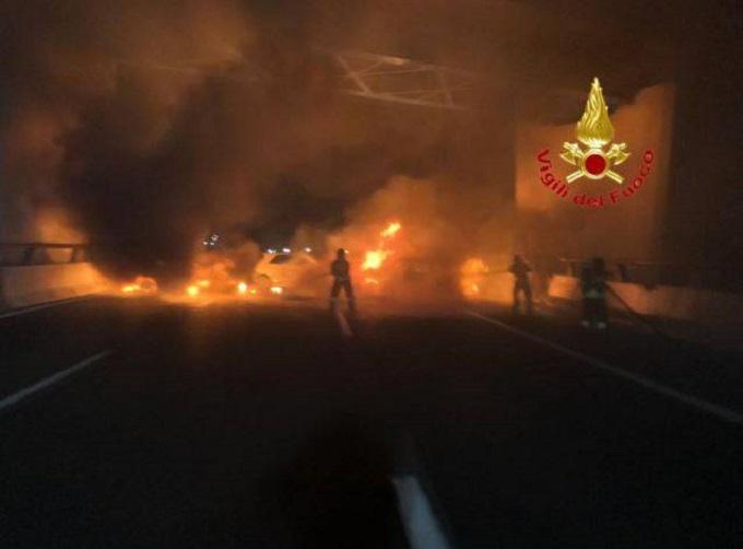 Autostrada A1: tentato assalto a portavalori, 7 auto e un tir in fiamme all'altezza di Lodi Vecchio