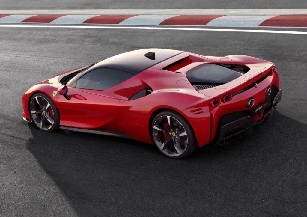 Ferrari SF90 Stradale: la definizione della potente ibrida plug-in [VIDEO]