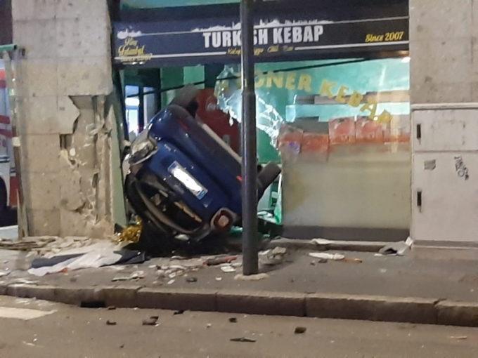 Milano, auto esce di strada e sventra la vetrina di un negozio di street food: morto il conducente