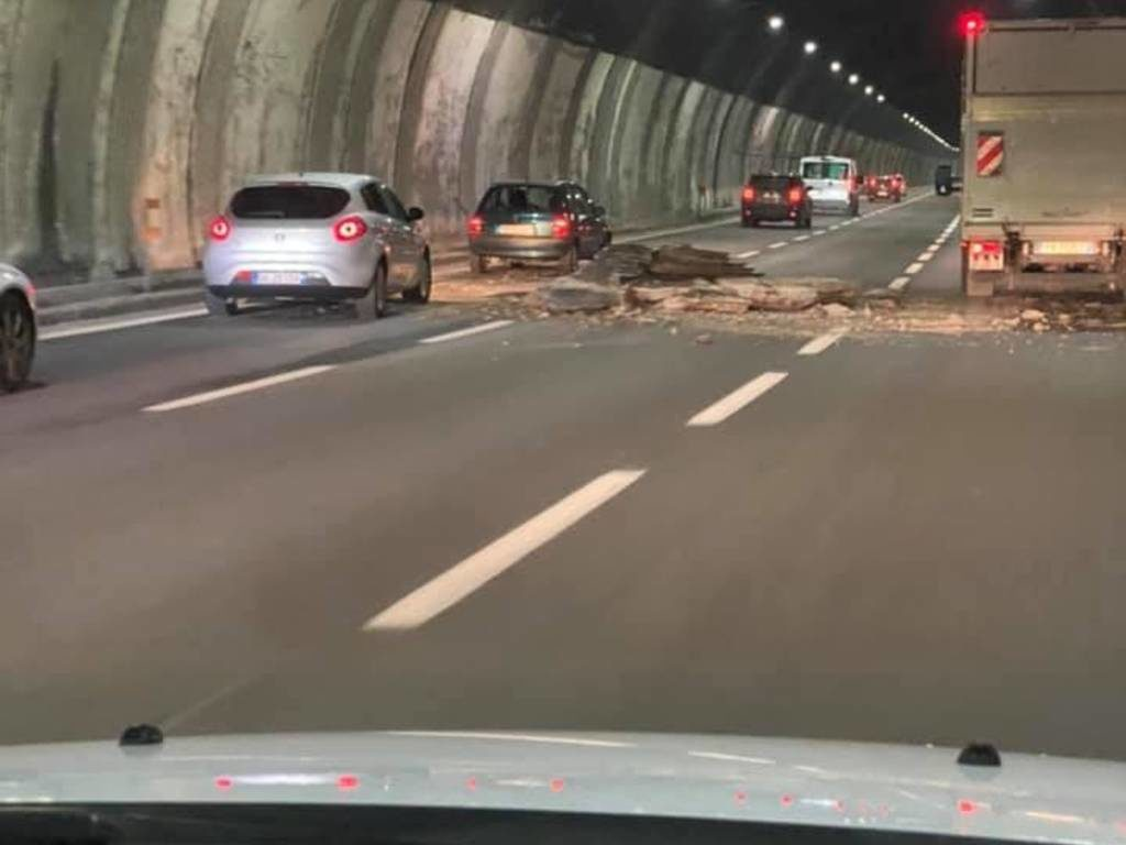 Crollo soffitto galleria sulla A26: aperta inchiesta, Spea sospende gli ispettori che avevano effettuato i recenti controlli