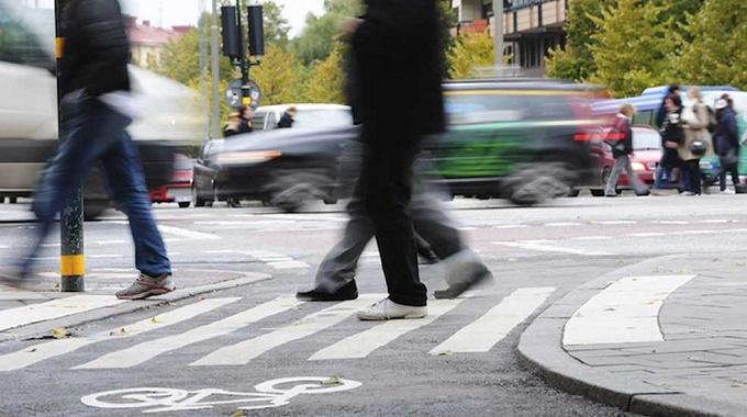 Multa pedoni: tre giovani sanzionati per aver attraversato col rosso