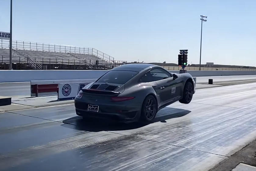 Porsche 911 Turbo S: impennata su due ruote nella Drag Race [VIDEO]