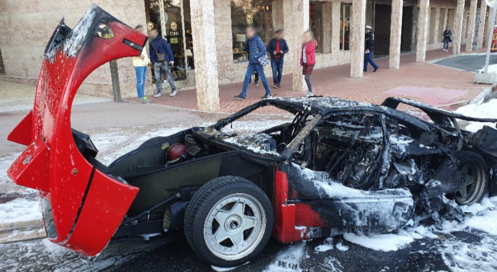 Ferrari F40 prende fuoco in strada a Monte Carlo: l'auto divorata dalle fiamme [VIDEO]