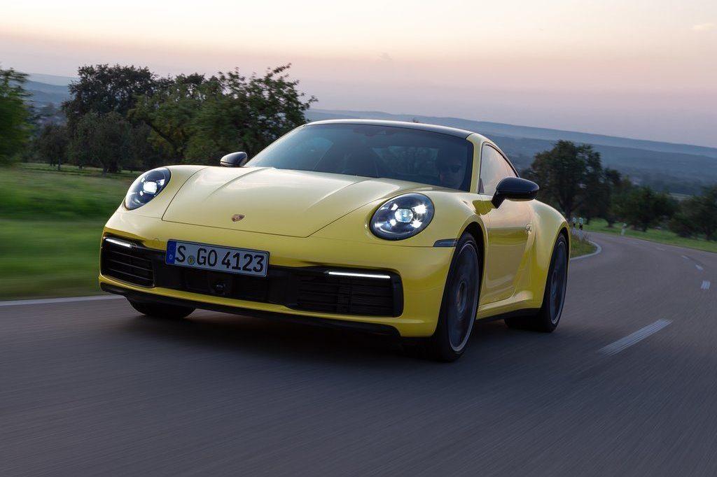 Porsche 911 giura fedeltà al motore a combustione: non diventerà mai solo elettrica