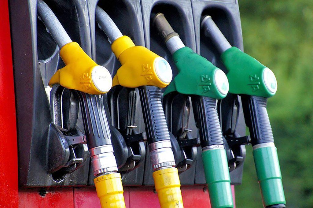 Carburanti, prezzi non scendono in linea col crollo del petrolio: Codacons denuncia speculazioni