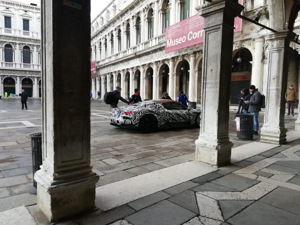 Maserati MC20: una nuova foto ne mostra il design in piazza San Marco a Venezia [FOTO SPIA]