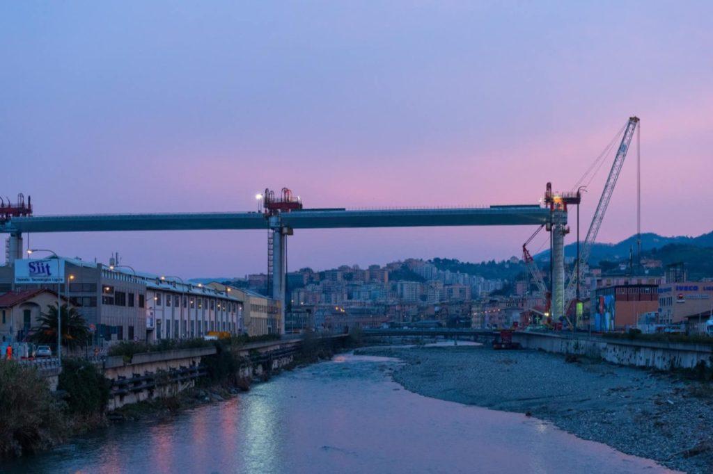 Ponte Morandi, continua la ricostruzione: sollevata la campata sul torrente Polcevera