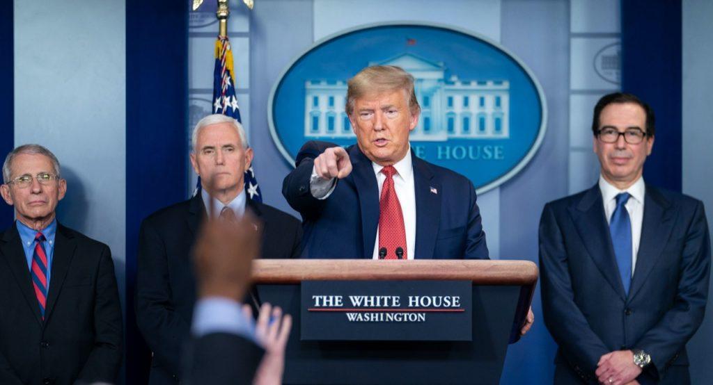Coronavirus, Trump: dopo la lite con GM,  ordina a tutti i costruttori di produrre ventilatori con il Defence Production Act