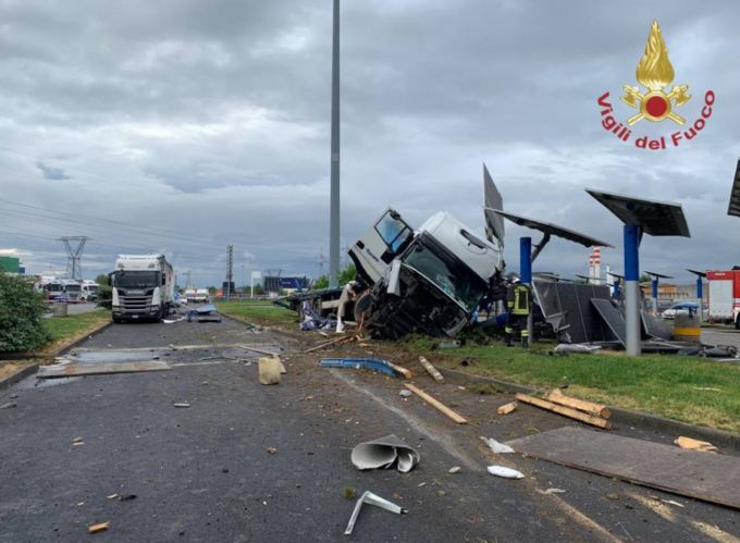 Autostrada A4, Tir si ribalta all'Autogrill di Dalmine: volano 3 bobine d'acciaio, distributore distrutto [VIDEO]
