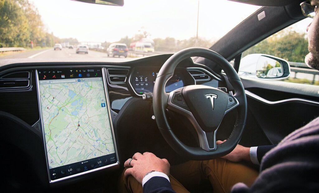 L'autopilot di Tesla aggiunge nuove funzioni con l'ultimo aggiornamento
