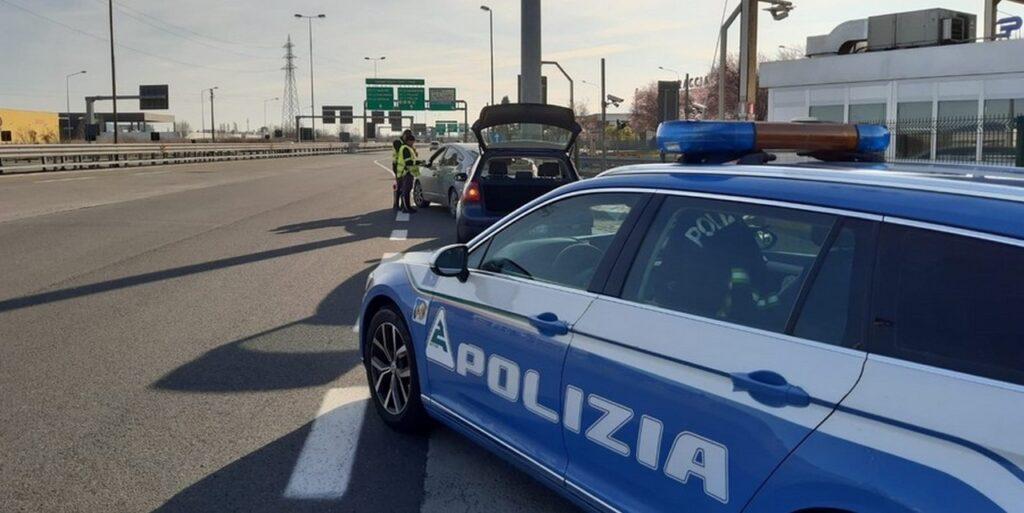 Esodo dal Nord: 16 positivi al test rapido diretti a Napoli con febbre fermati dalla Polizia in autostrada