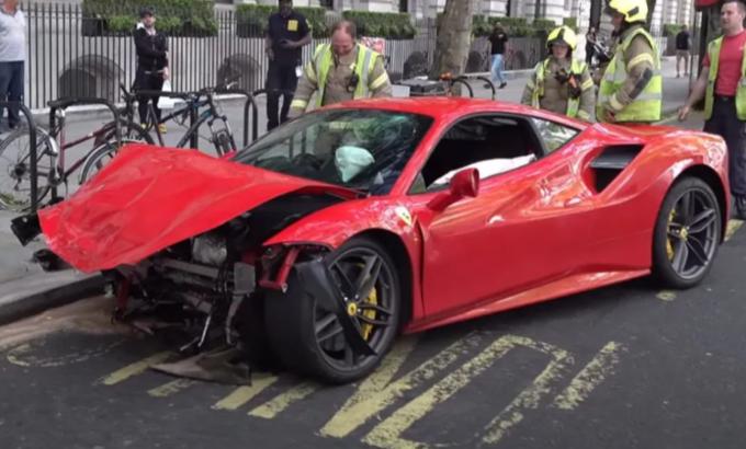 Ferrari 488 GTB in frantumi nello scontro con un bus sulle strade di Londra [VIDEO]