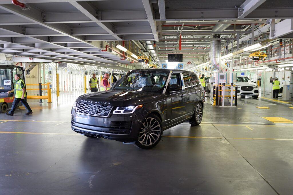 """Land Rover riparte nell'era del distanziamento: prodotta la prima Range Rover """"social distancing"""""""