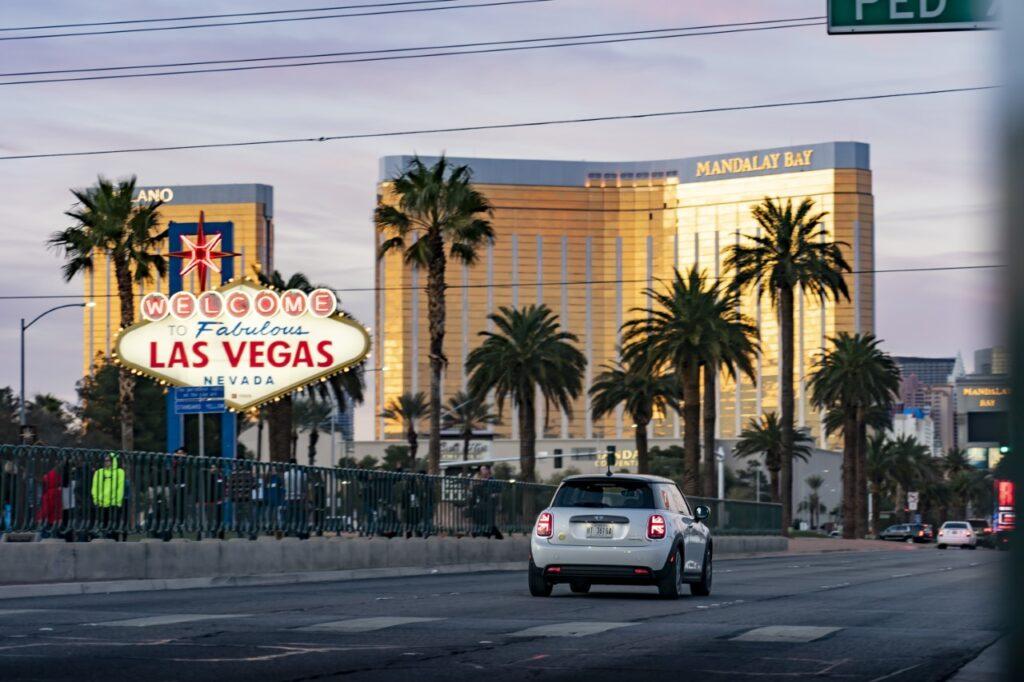 Mini Cooper elettrica - Sulle strade di Las Vegas