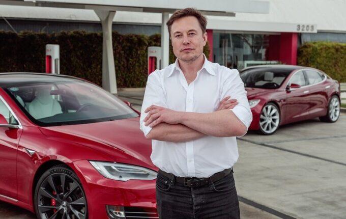"""Tesla forza il lockdown e riapre la fabbrica. Musk: """"Arrestatemi pure"""" e Trump si schiera con lui"""