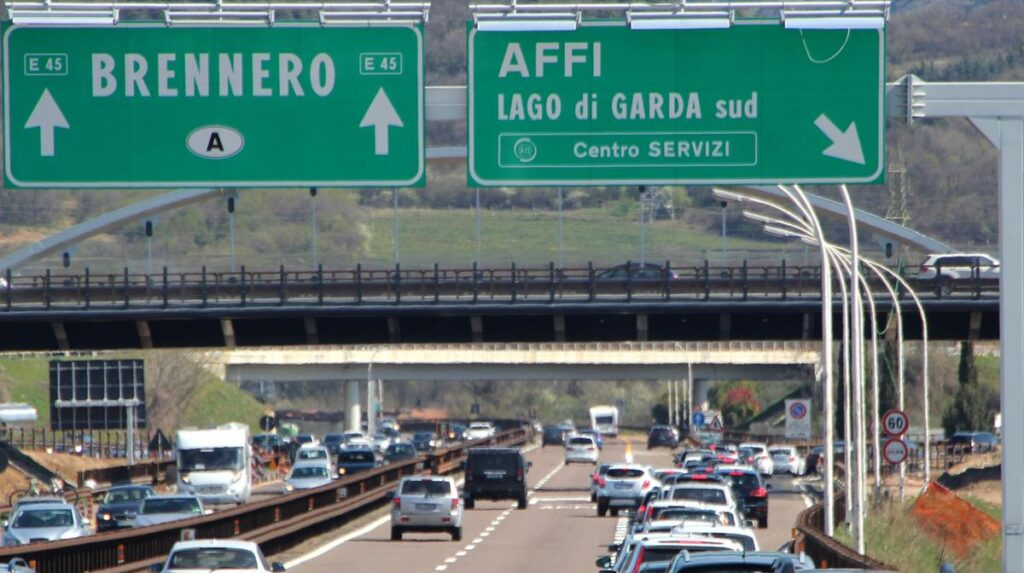 Incidente in A22, scontro tra due mezzi pesanti: grave un autista, code e traffico in autostrada