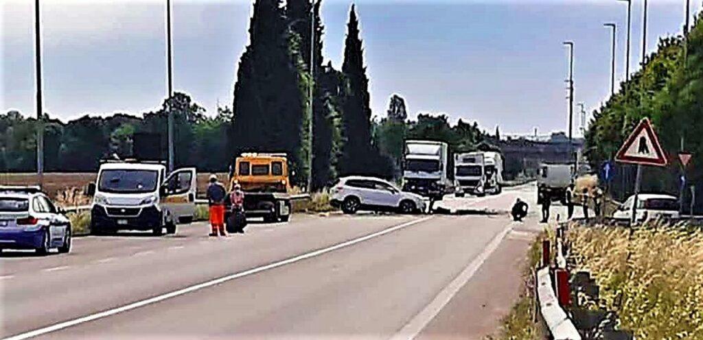 Incidente in tangenziale a Desenzano: frontale auto-camion. Sul posto l'elisoccorso e strada chiusa