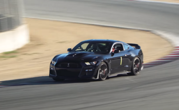Ford Mustang Shelby GT500 2020: animale da pista tra i cordoli di Laguna Seca [VIDEO]