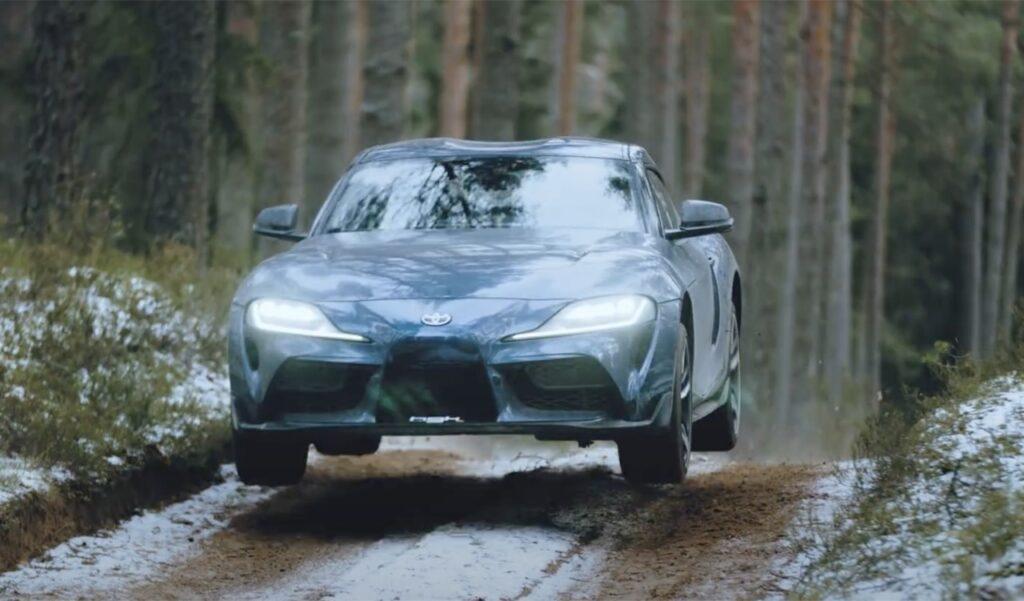 Toyota Supra 2020: salti e drift nella foresta innevata russa [VIDEO]