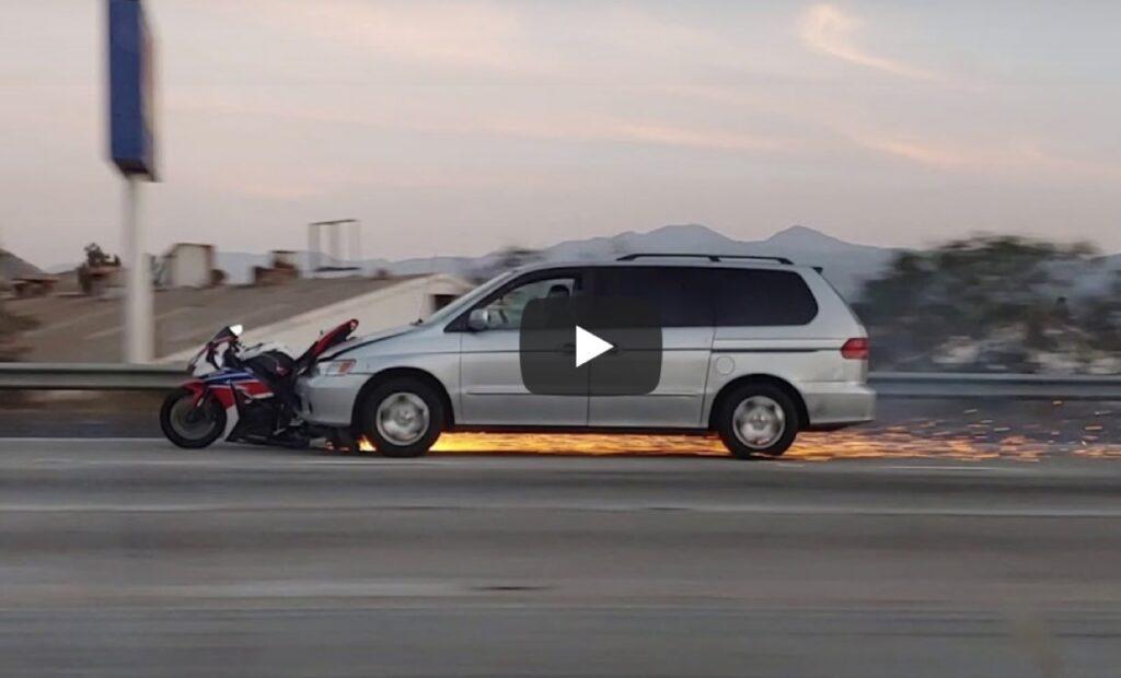 California: tampona la moto e la trascina per km senza fermarsi [VIDEO]