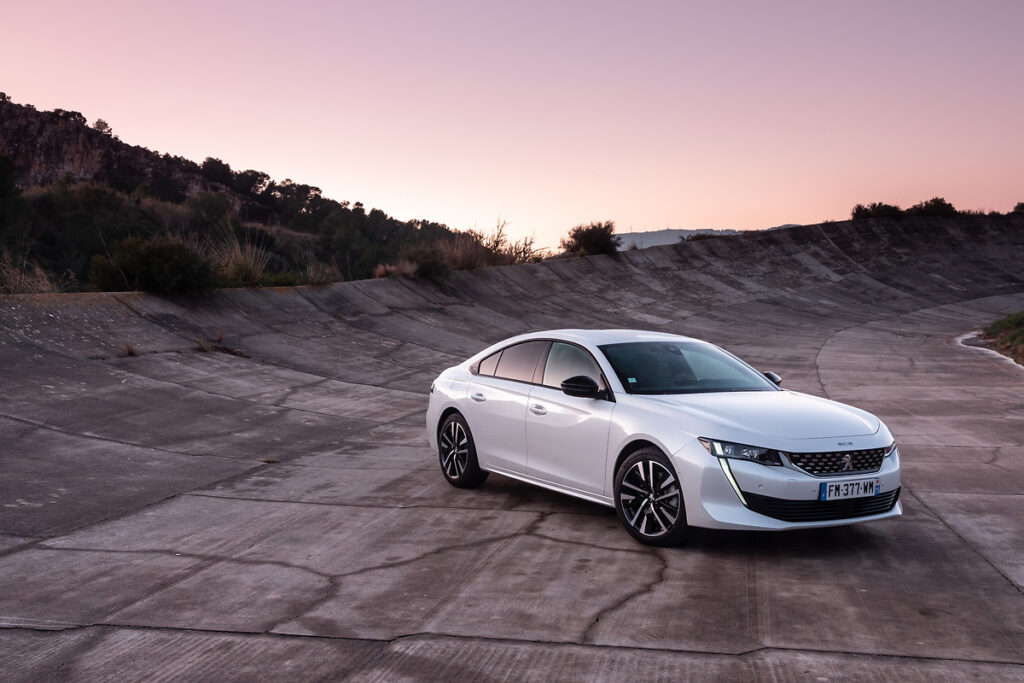 Peugeot 508 Fastback: l'ibrida Plug-In Hybrid ci mostra le sue caratteristiche [VIDEO]