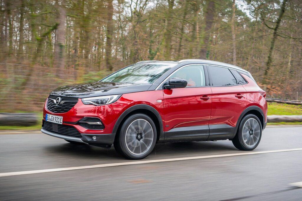 Opel Grandland X: una luce blu quando viaggia in elettrico