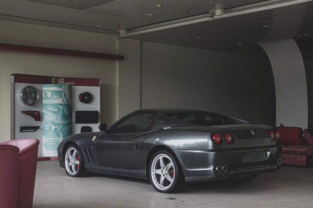 Supercar abbandonate: una Ferrari, una Posche e una Corvette lasciate nella ex concessionaria