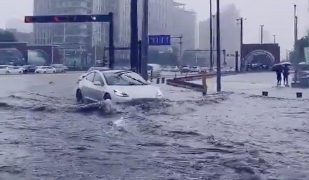 Tesla Model 3: guadare un fiume con l'elettrica è possibile in Cina [VIDEO]