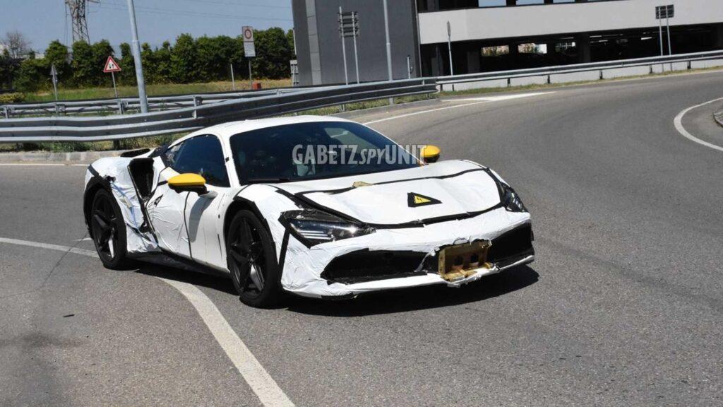 Ferrari, misterioso prototipo ibrido col corpo della 488 GTB e i fari della SF90 Stradale [FOTO SPIA]