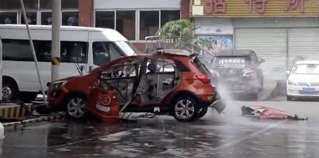 Cina: un'auto elettrica prende fuoco ed esplode davanti ai pompieri [VIDEO]