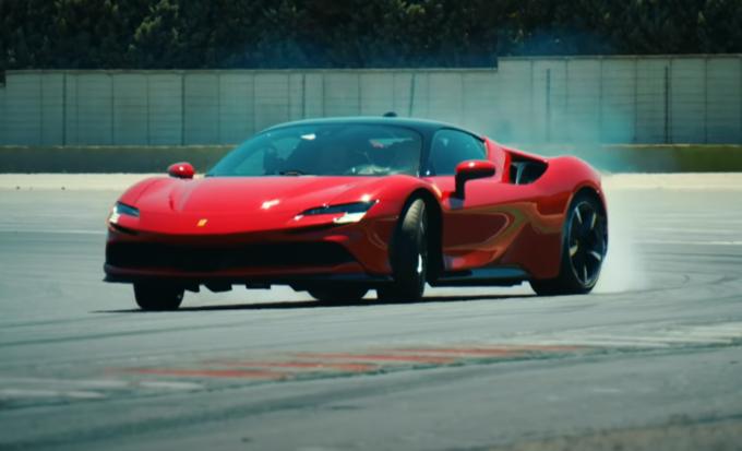 Ferrari SF90 Stradale: spettacolo in pista con il drift di Chris Harris [VIDEO]