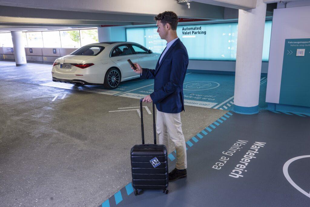 Nuova Mercedes Classe S si parcheggia da sola all'aeroporto di Stoccarda [VIDEO]