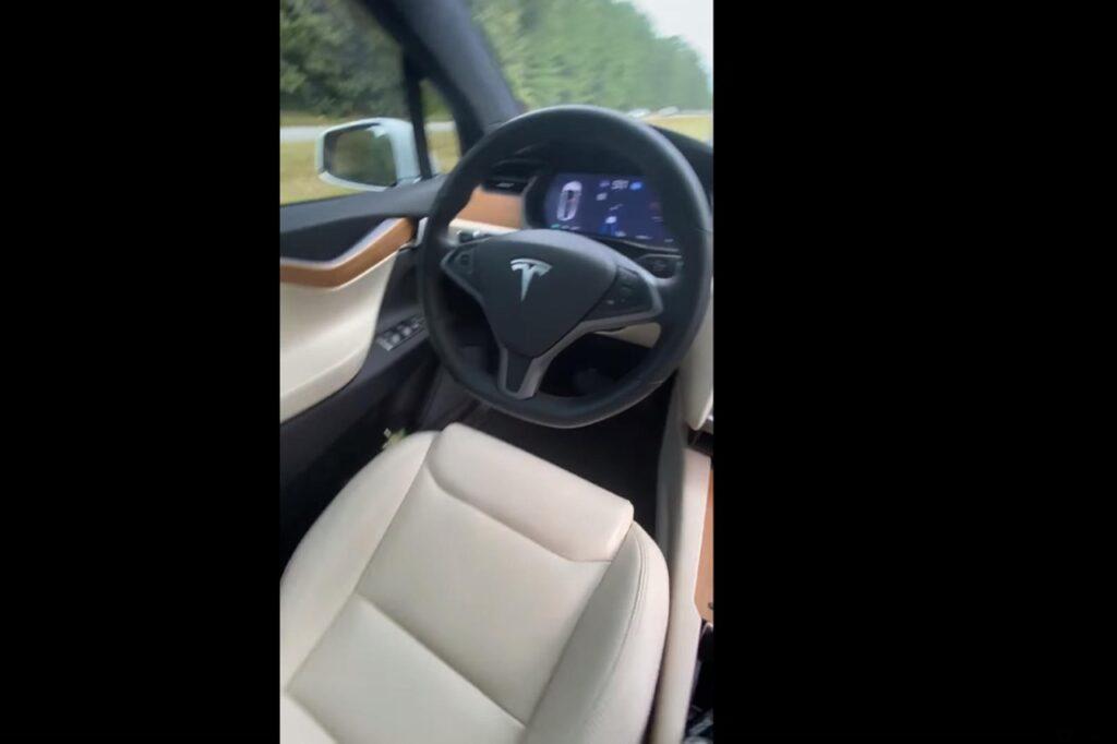 Tesla Model X: abbandona il volante e si filma dal sedile del passeggero [VIDEO]