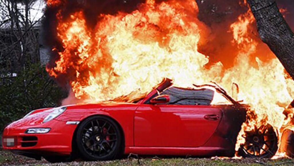Brucia la Porsche dell'ex compagno 65enne, indagata donna di 53 anni