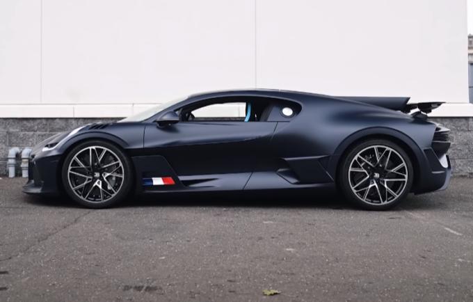 Bugatti Divo: ancor più spettacolare in fibra di carbonio blu opaco [VIDEO]