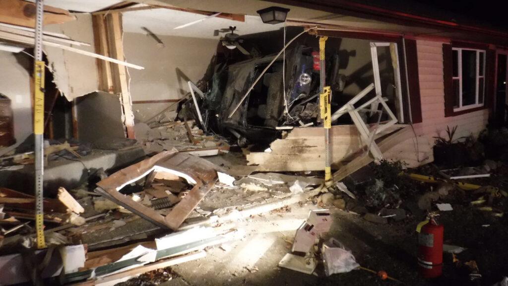 16enne senza cintura sfonda una casa con la sua Ford Mustang, due feriti gravi