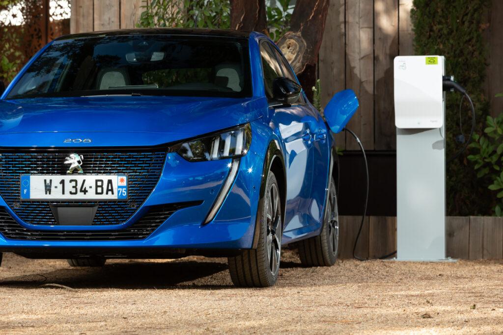 Peugeot: il cavo di ricarica rapida è di serie per e-208 ed e-2008
