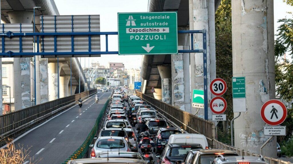 Napoli, positivo al Covid-19 va in tangenziale per aiutare la compagna senza benzina e patente: denunciato
