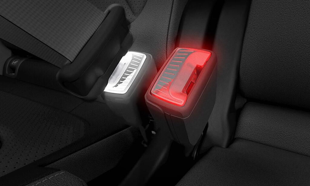 Skoda ha brevettato le cinture di sicurezza con gancio illuminato